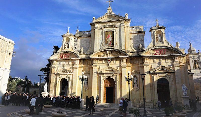Rabat merkezindeki St. Paul Kilisesinde bir cenaze töreni