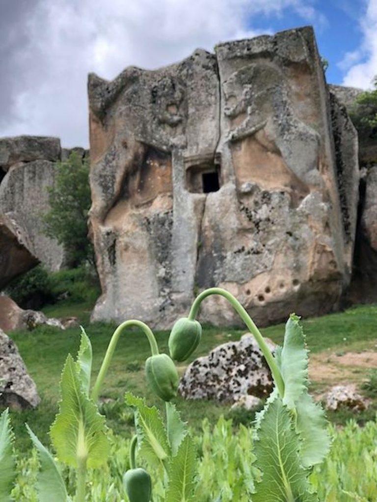 Aslantaş kaya mezarı