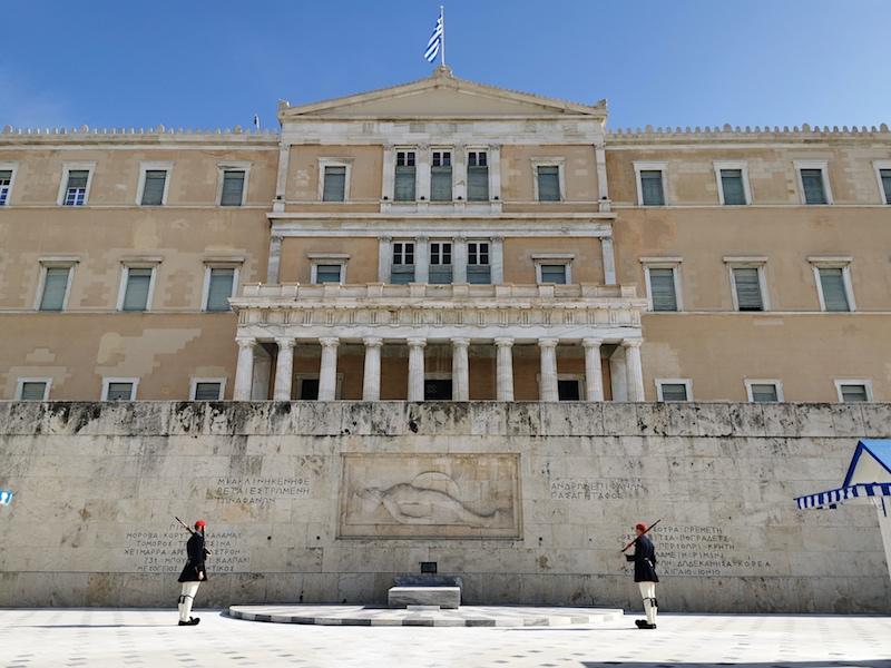 Parlamento Binası ve Efsun Askerleri