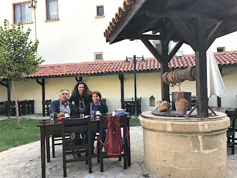 Burdur gezilecek yerler - Taş Oda Etnoğrafya Müzesi bahçesinde kahve keyfi