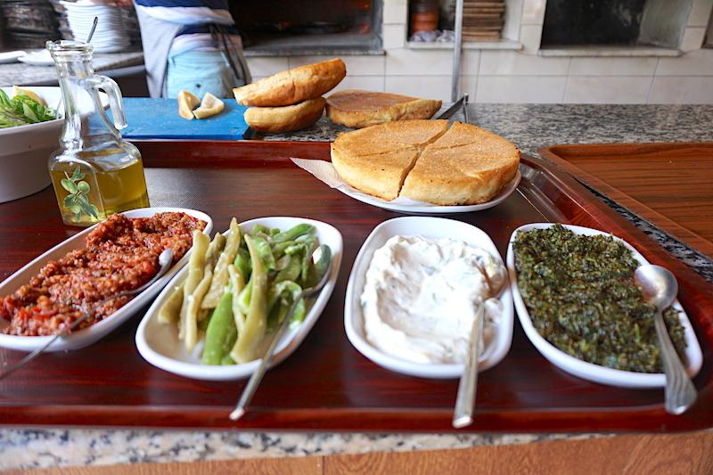 Göbün Koyu Restoran'ında bazlama ve mezeler