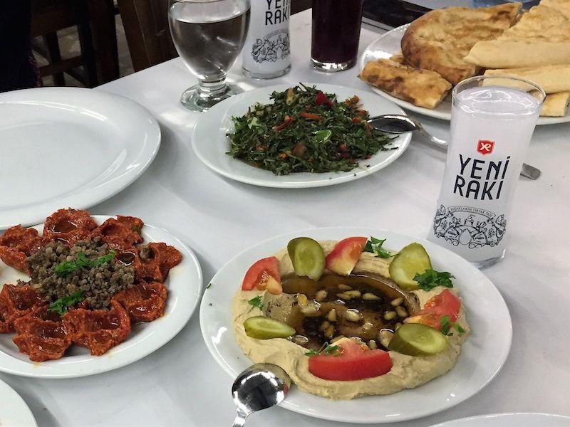 Anadolu Restaurant'ta humus ve zahter