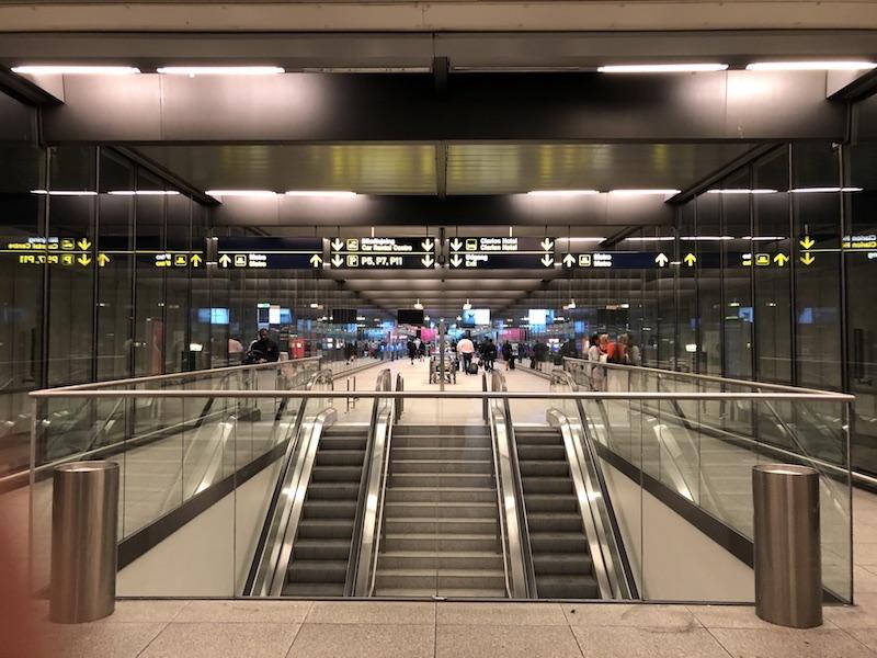 Kopenhag Havaalanı'ndan metro girişi
