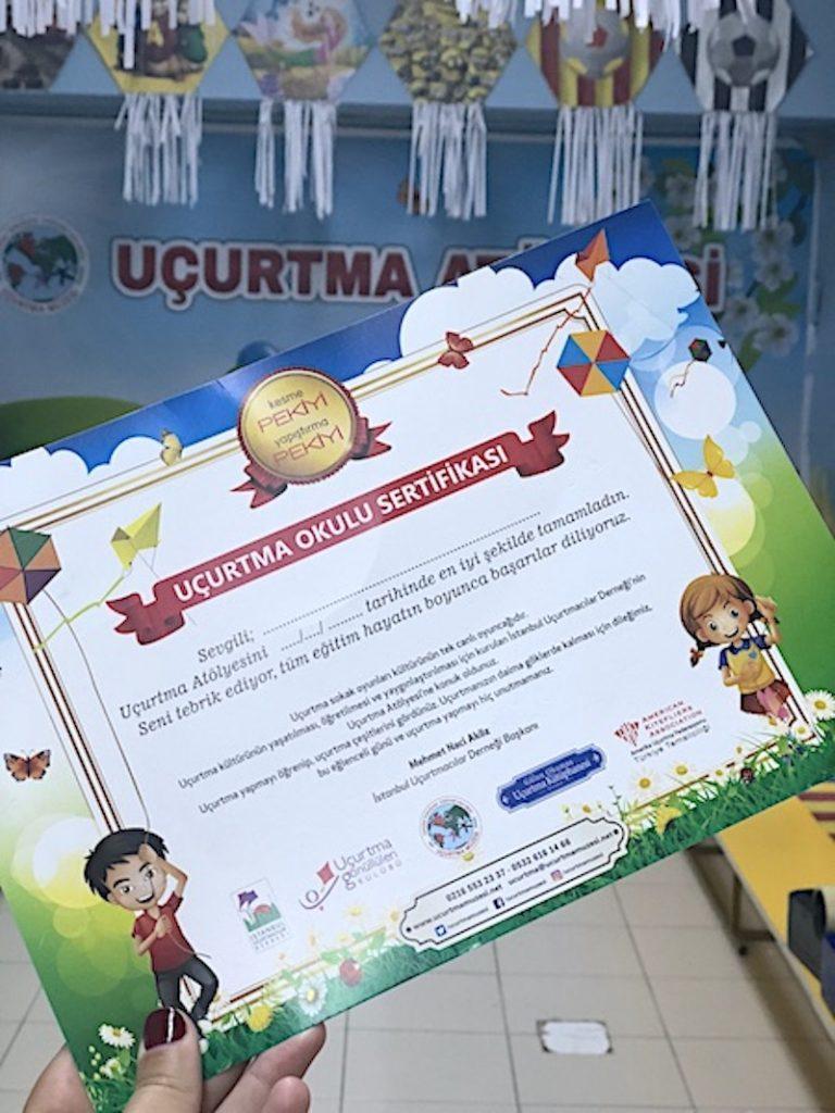 Uçurtma Atölyesi sonundan çocuklara verilen sertifika