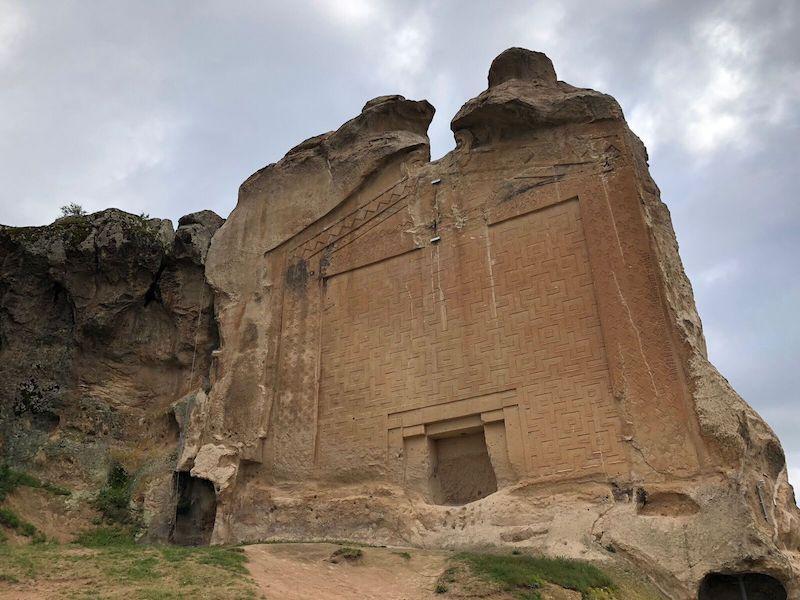Frig efsanelerinde en çok adı geçen Midas'ın şehrinde yer alan Yazılı Kaya Anıtı