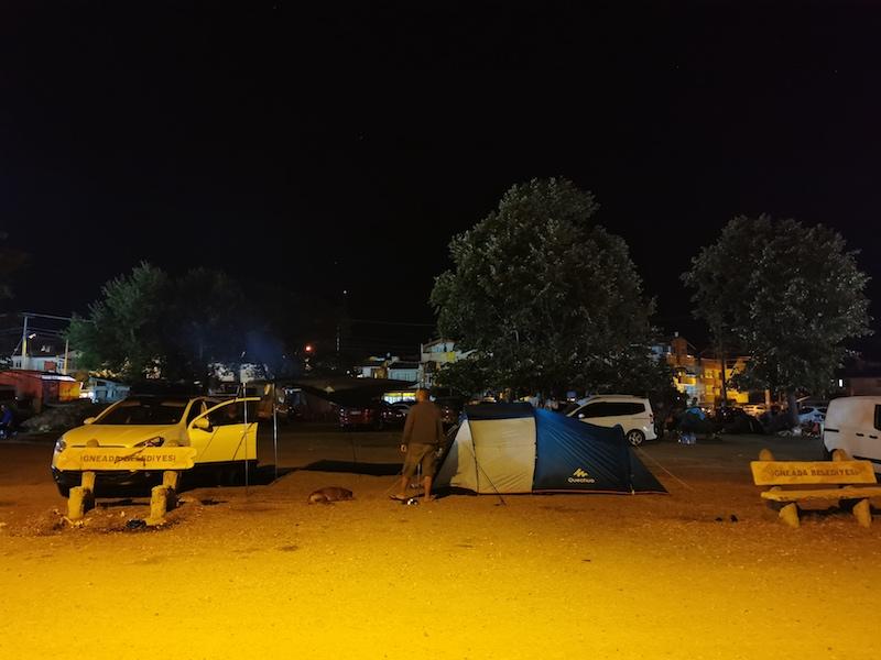 İğneada'da otoparkta çadır kuranlar