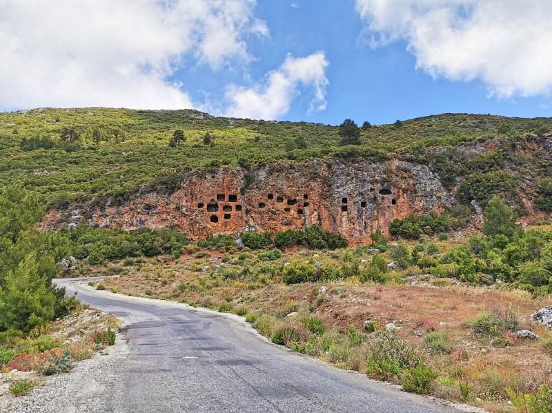 İslamlar Köyü Kaya Mezarları